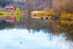 湖的红色议院 库存图片