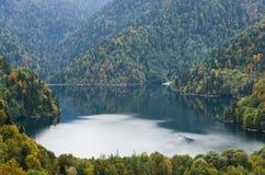 湖的美丽的景色在10月 免版税库存照片