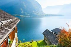 湖的美丽的景色在Hallstatt村庄,奥地利 库存图片