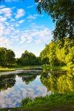 湖的美丽的景色 在美丽的鸟云彩之上颜色及早飞行金子早晨本质宜人的平静的反映上升海运一些星期日 夏天 俄国 假定大教堂dmitrov克里姆林宫莫斯科明信片区域俄国冬天 免版税图库摄影