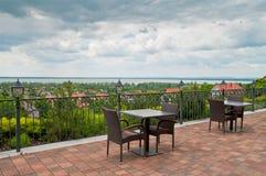 湖的美丽的景色-多云天空-餐馆 免版税图库摄影