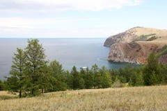 湖的美好的本质在夏天,高山和明白绿化,贝加尔湖,西伯利亚,俄罗斯-风景紫色水  图库摄影