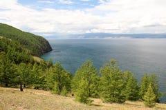 湖的美好的本质在夏天,高山和明白绿化,贝加尔湖,西伯利亚,俄罗斯-风景紫色水  免版税库存照片