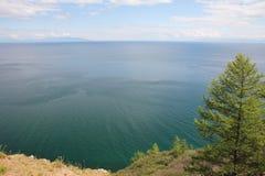 湖的美好的本质在夏天,高山和明白绿化,贝加尔湖,西伯利亚,俄罗斯-风景紫色水  库存照片
