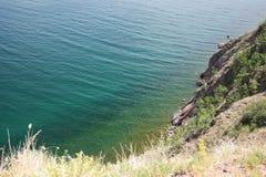 湖的美好的本质在夏天,高山和明白绿化,贝加尔湖,西伯利亚,俄罗斯-风景紫色水  库存图片
