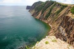 湖的美好的本质在夏天,高山和明白绿化,贝加尔湖,西伯利亚,俄罗斯-风景紫色水  免版税库存图片