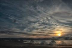 湖的美好的风景早晨日出的在奇怪的云彩 库存照片