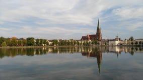 湖的背景的什未林大教堂 免版税库存照片