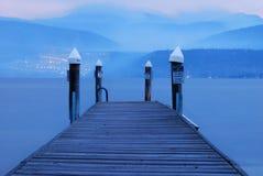 湖的蓝色船坞 免版税库存照片