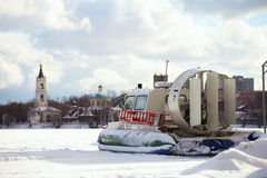 冻湖的表面上的气垫船 免版税库存图片