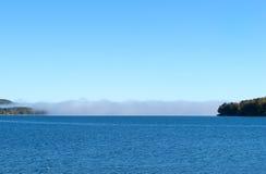 湖的遥远的云堤 免版税库存照片