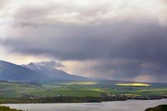 湖的镇在山麓小丘后 春雨和风暴 库存照片