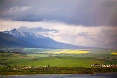 湖的镇在山麓小丘后 春雨和风暴 库存图片