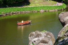 湖的镇静表面上的一条旅游小船在Sofiyivsky P 图库摄影