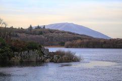 湖的风景看法和森林和山在蓝色sky& x27; s 免版税库存照片