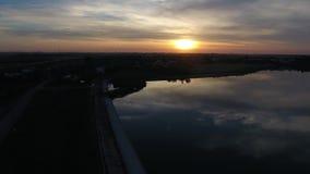 湖的鸟瞰图黄昏的 股票录像