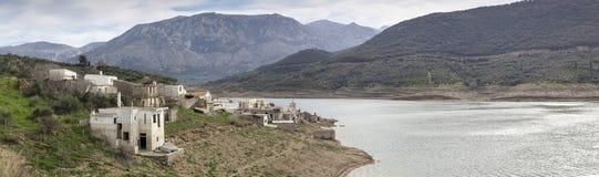 湖的离开的村庄 库存照片
