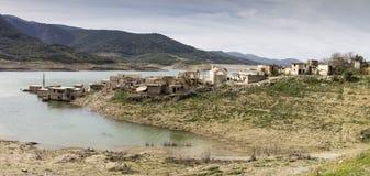 湖的离开的村庄 免版税图库摄影