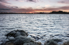 湖的12月视图在芬兰 免版税库存图片