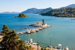 湖的从Kanoni小山顶看见的Chalikiopoulou Pontikonisi和Vlacheraina修道院在科孚岛,希腊海岛上的  免版税库存图片