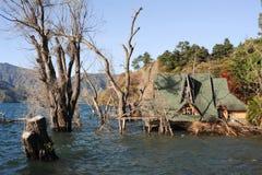 湖的Atitlan被充斥的房子 图库摄影