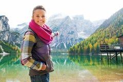 湖的Bries微笑的妇女远足者指向风景的 免版税库存照片