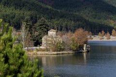 湖的Doxa希腊,区域科林西亚州,秋天的伯罗奔尼撒,好日子古老教会圣徒Fanourios 免版税库存照片