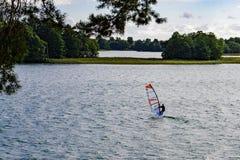 湖的Galve风帆冲浪者在特拉凯附近 图库摄影