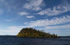 湖的Inari岩质岛 库存照片