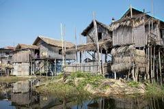 湖的Inle缅甸传统木高跷房子 库存照片