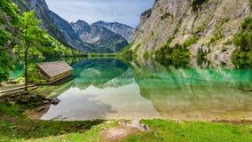 湖的Obersee惊人的小的房子在阿尔卑斯,欧洲 免版税库存照片