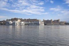 湖的宫殿。 免版税库存图片
