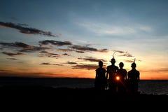 湖的Turkana桑布鲁战士在一个节日的日落的在肯尼亚 库存图片