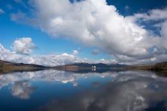 湖看往动力火车和Moelwyn山的Trawsfynydd在Snowdonia 免版税库存照片