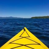 湖看法从明亮的黄色皮船前面的  库存图片