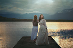 湖码头的两名妇女 图库摄影