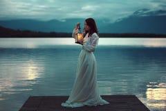 湖码头的哀伤的新娘有灯笼的 免版税库存照片