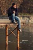 湖码头的年轻男孩 免版税库存照片
