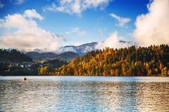 湖秋天风景在10月 库存图片