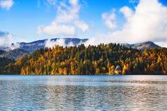 湖秋天风景在10月 免版税库存图片