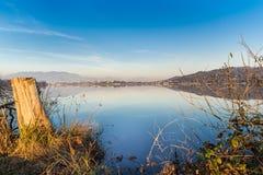 湖科马比奥,往三个的看法和瓦拉诺博尔吉-瓦雷泽,意大利 免版税库存图片