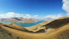 湖羊卓雍湖在西藏 图库摄影