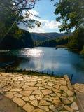 湖自然风景山镜子水石头 免版税库存图片