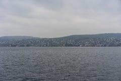 湖苏黎世水和山环境美化与多雨天气 库存图片