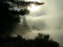 湖薄雾上升 免版税库存照片