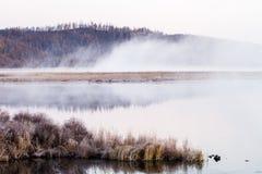 湖薄雾在清早 库存图片