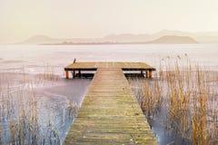 湖表面上的一座桥梁与山在背景中, r 库存照片