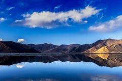 湖表面上的反射 免版税图库摄影