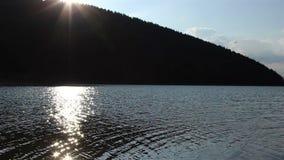 湖表面上的太阳反射 影视素材