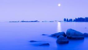 湖表面上的被月光照亮道路 免版税库存图片